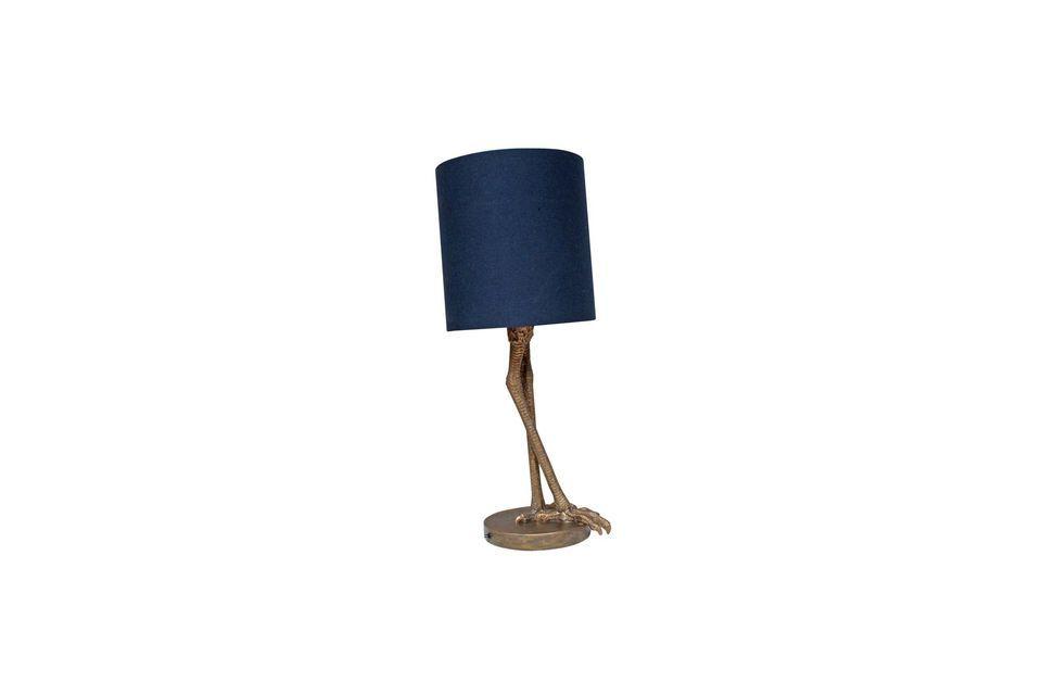 La lampada da tavolo Anda offre un paralume cilindrico blu scuro molto classico e versatile