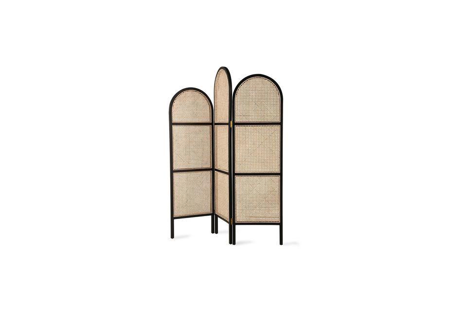 La sua struttura in legno nero definisce graficamente lo spazio e i suoi caldi pannelli di vimini