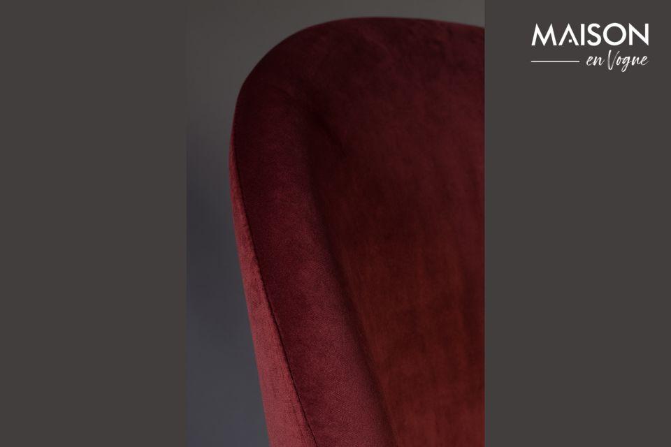 Il robusto basamento è realizzato in legno di faggio laccato color noce