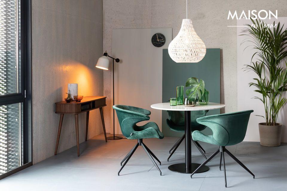 Un elegante tavolo in legno nobile