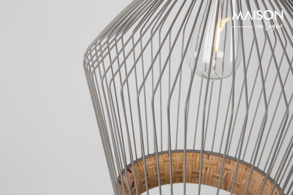 Il suo sorprendente paralume è realizzato in rattan naturale intrecciato e ferro verniciato grigio