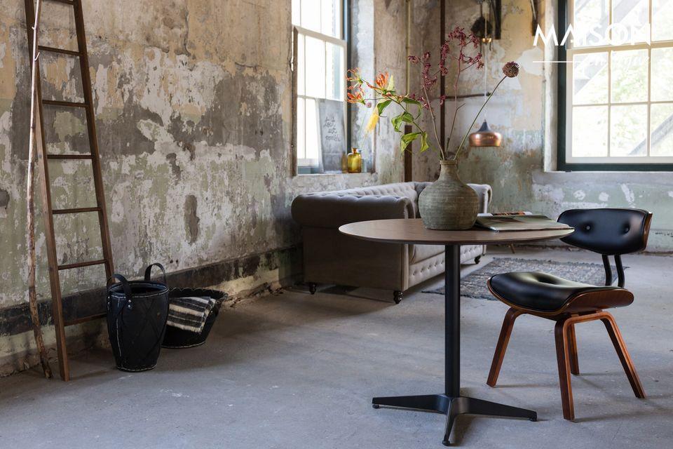 Il sedile a forma di sella e lo schienale stretto sono in poliuretano nero