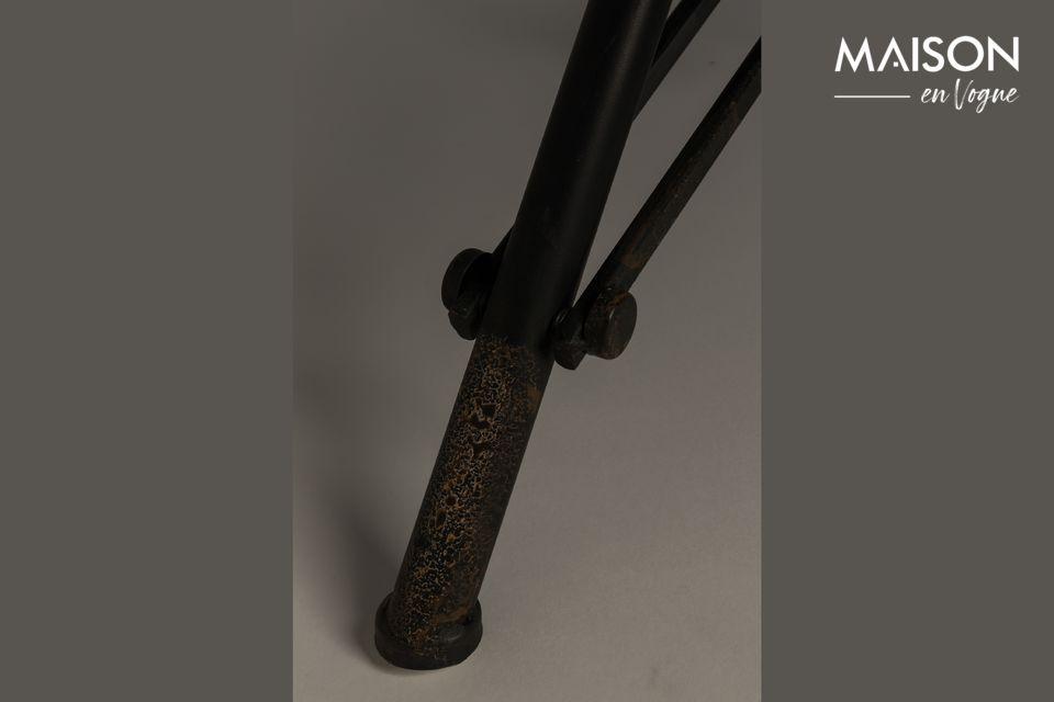 Ma il lato industriale e originale è dato anche dal treppiede pieghevole in ferro nero che sembra