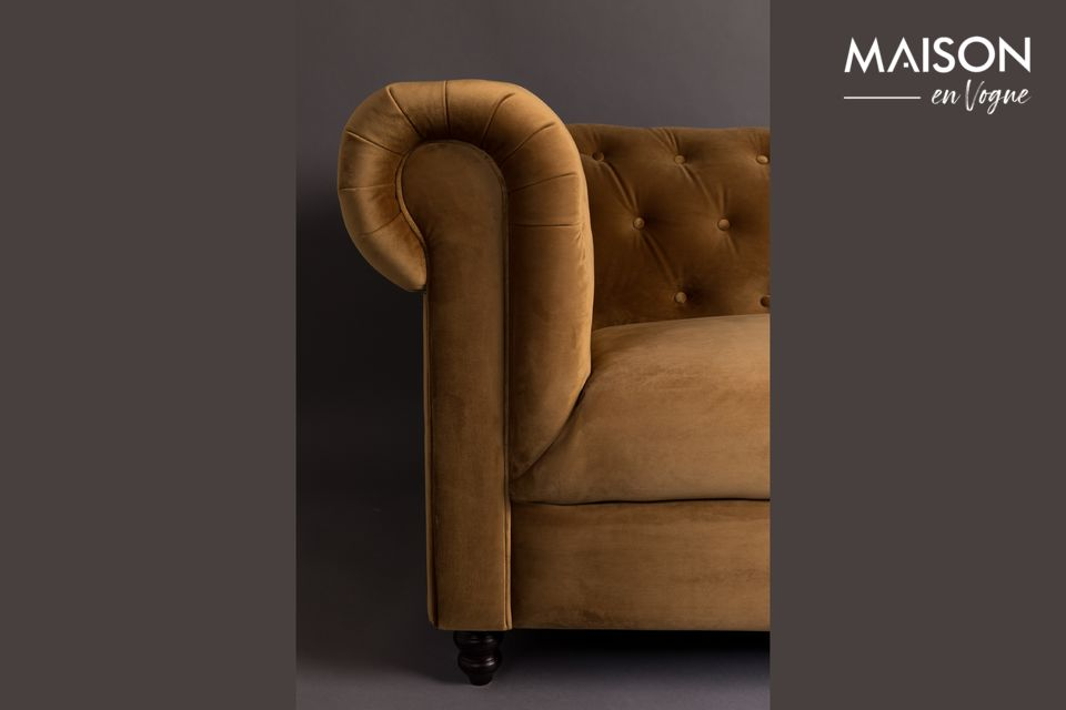 Il divano Chester Velvet Gold Brown Sofa del marchio Dutchbone si ispira allo stile del XVIII secolo