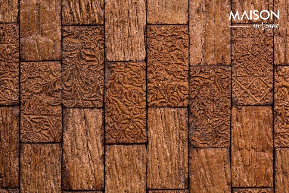 La parte anteriore è costituita da due piccole porte in legno intagliate in un bellissimo stile