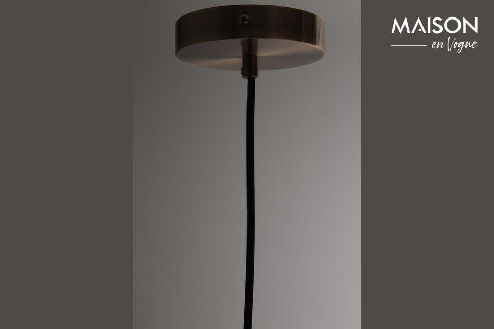 Cooper diffonde una luce morbida, mentre la lampadina che nasconde non appare quasi per trasparenza