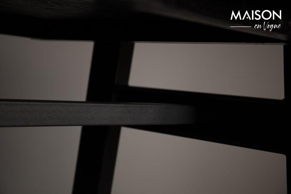 Il piano del tavolo è posizionato su una struttura in metallo nero