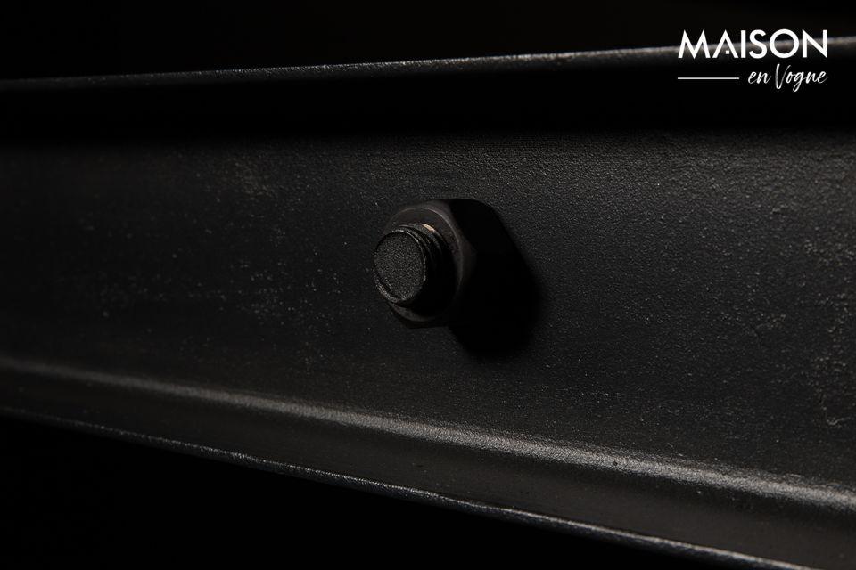 La base è in ferro laccato nero con viti a vista per la massima autenticità