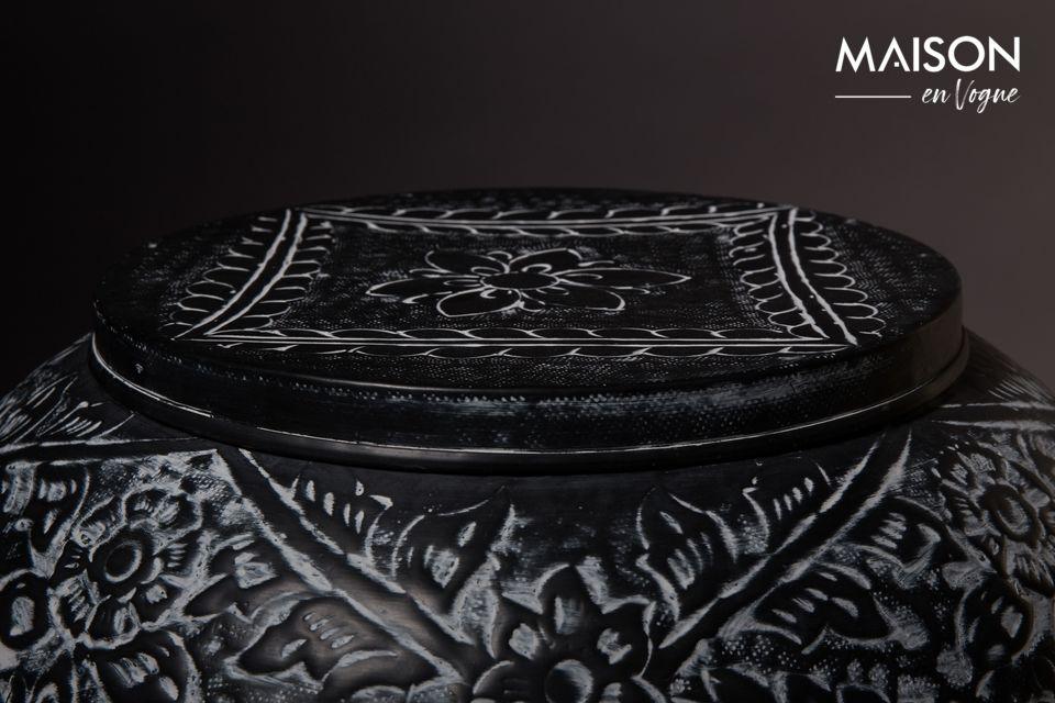 Il suo elegante piano del tavolo rappresenta un coperchio per la collocazione di oggetti decorativi