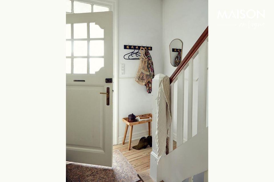 Un elegante appendiabiti per la porta d'ingresso