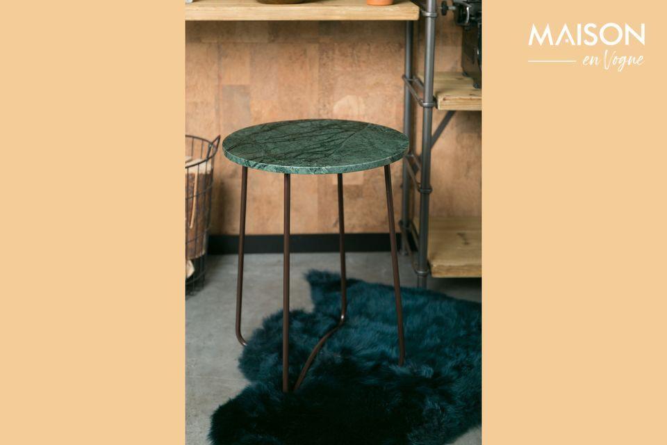 Il suo piano è realizzato in marmo verde con una profonda tonalità di marmo con molte venature