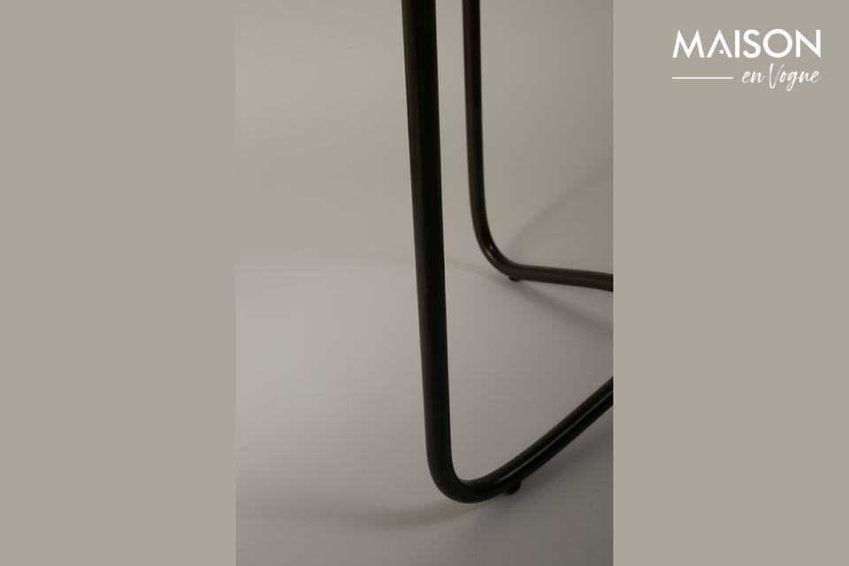 Il piano del tavolo è sostenuto da una base in metallo nero che esalta la raffinatezza di questo