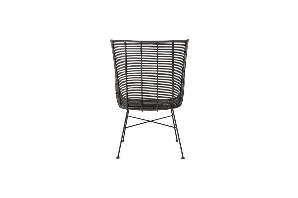 Questa sedia da 9 kg non richiede molta manutenzione; pulire la superficie con un panno umido per