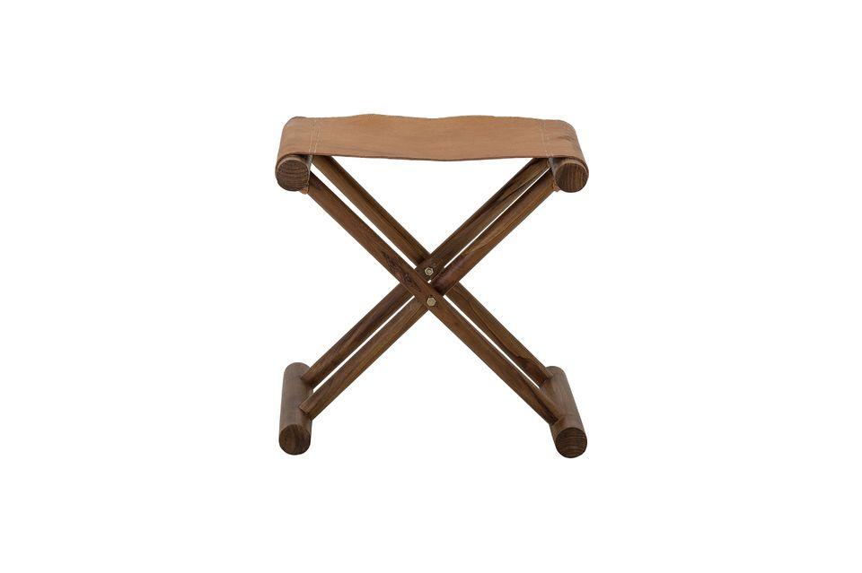 Le sue gambe incrociate sono in legno di teak verniciato a tinta marrone scuro e la seduta è in