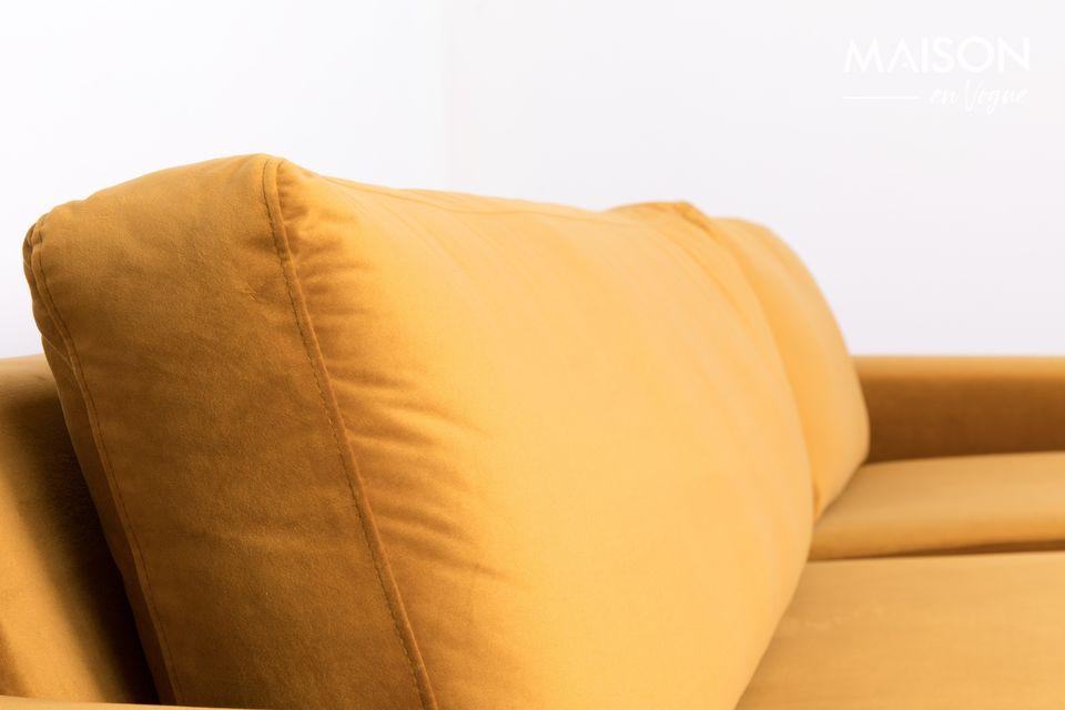 Le sue solide gambe di pino sostengono una seduta generosa, ideale per sostenere lo schienale