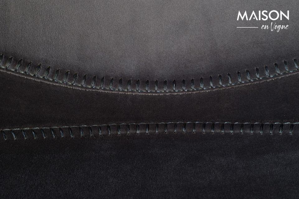 Il sedile e lo schienale sono uno sotto il loro delicato involucro di velluto grigio scintillante