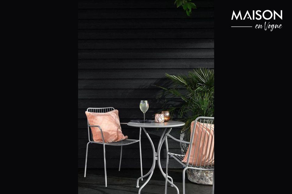 Un tavolo da giardino rotondo per un'elegante terrazza
