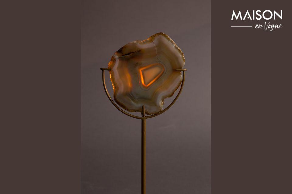 Si presenta qui con una pietra di agata gialla su una sottile base di ferro color ottone