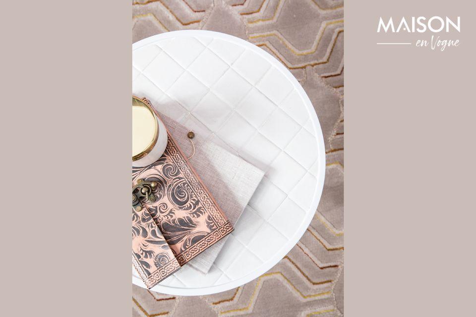 Per il suo tavolino bianco smaltato, il marchio Zuiver ha optato per un design arrotondato
