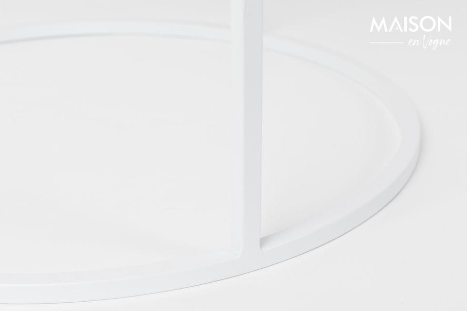 Il suo top piastrellato porta un tocco di imperfezione in contrasto con il contorno e la base di un