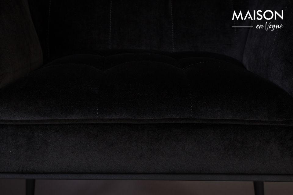 Una silhouette dalla pura geometria ottagonale unita al dettaglio dei tappi terminali in metallo