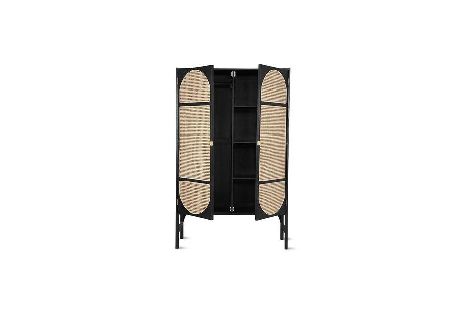 Realizzato in legno sunkai, questo guardaroba è molto robusto