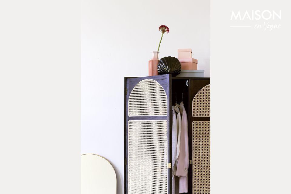 Un armadio per abiti decorativo e pratico