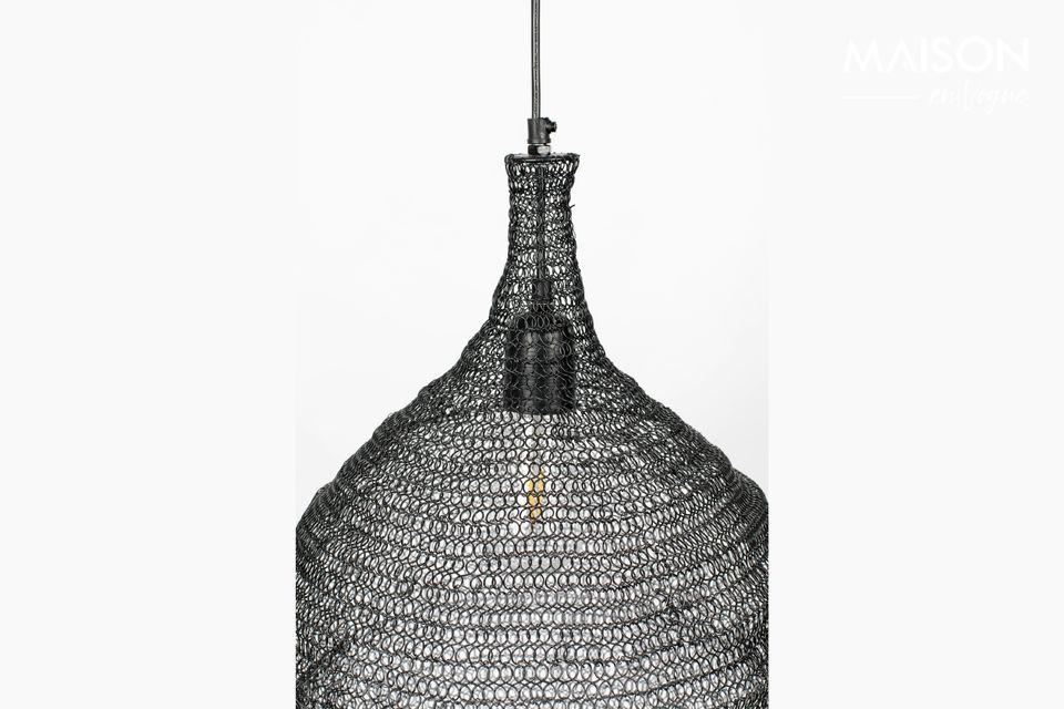 Una lampada a sospensione dal design moderno e un paralume in ferro a maglia