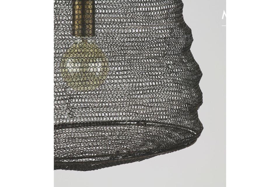 Un lampadario atipico color rame chiaro