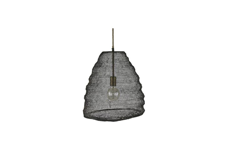 È fatto di metallo come una rete da pesca ed evoca di gran lunga la forma di uno sciame d\'api