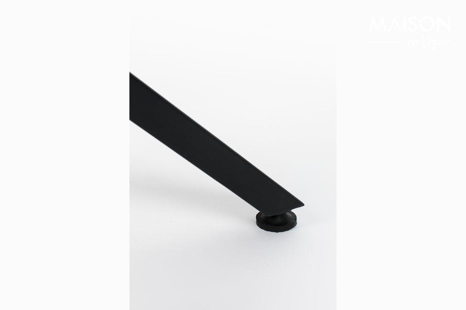 Progettato con piano in teak riciclato laccato con bordo in acciaio verniciato a polvere