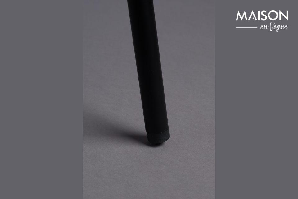 La struttura in metallo nero è sottile, in uno stile molto elegante