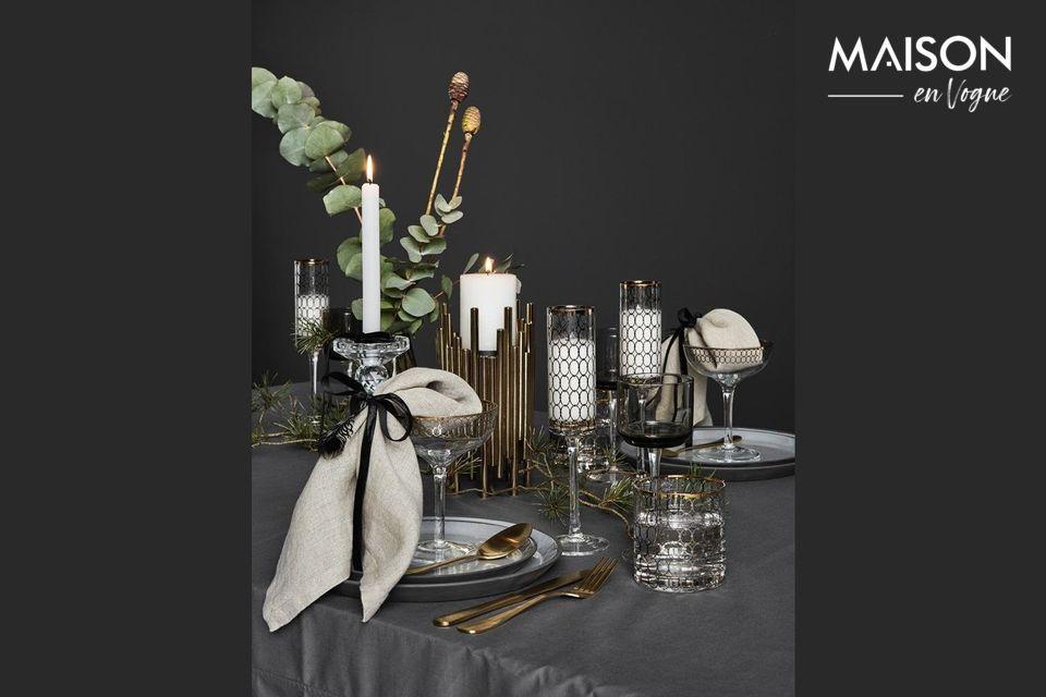 Un set di posate dorate per una tavola elegante