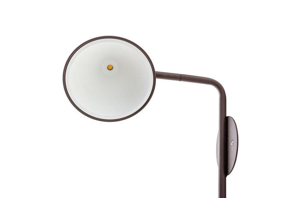 Questa lampada da parete in metallo si adatta a qualsiasi interno moderno