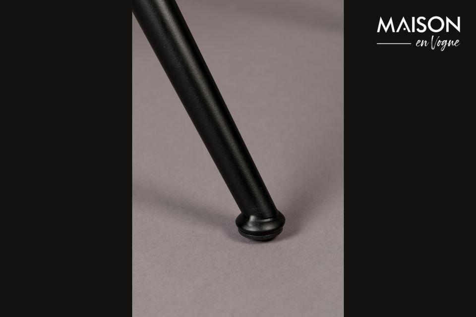 Con la sua struttura in metallo nero e l\'imbottitura accuratamente distribuita