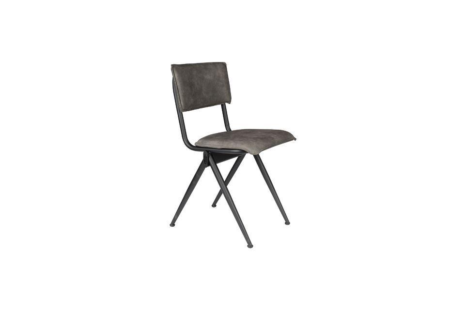 Uno schienale accogliente, una forma ergonomica e una linea sobria ne fanno un mobile ultra trendy