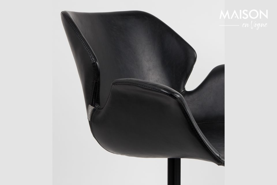Ospita una seduta in pelle nera con un design vintage