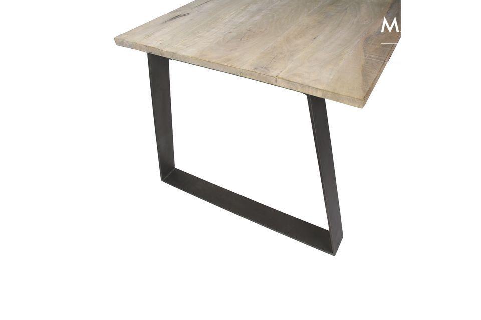 Con le sue linee strutturate e le materie prime, il tavolo Nord non sembra fuori posto