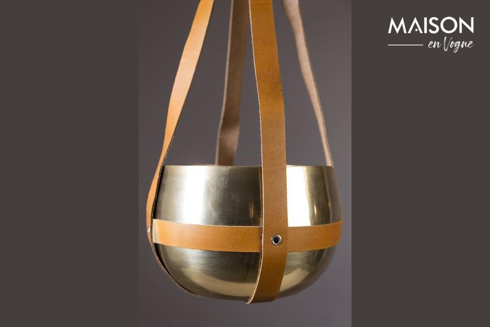 La combinazione di metallo moderno e industriale con l\'autenticità della pelle ne fa un oggetto