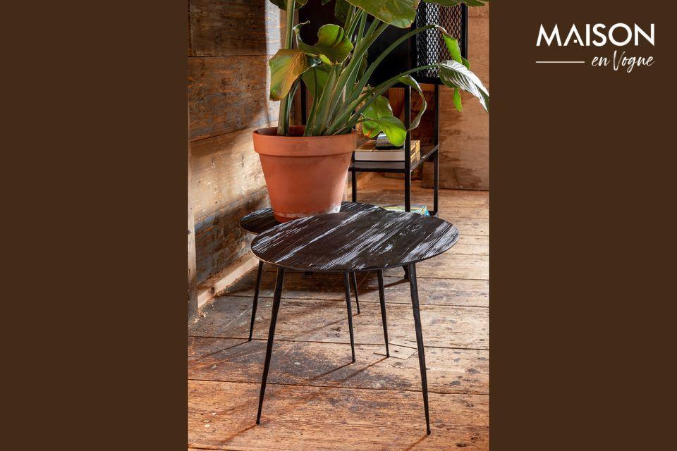 Un tavolino in legno e acciaio