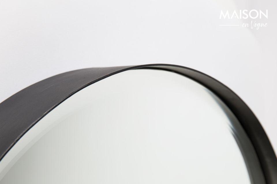 Un moderno specchio circolare sfaccettato