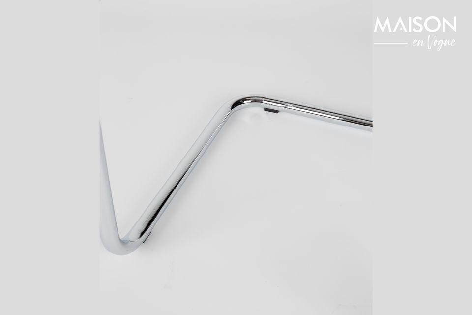La sua struttura in acciaio cromato abbinata al velluto a coste della seduta e dello schienale