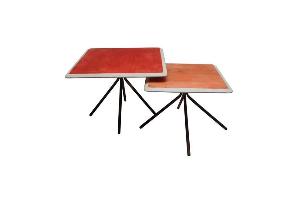 Colorata con i suoi due tavolini rettangolari in legno laccato