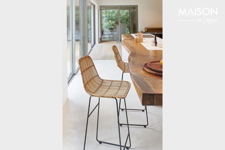 Pomax presenta un modello di sedia da bar con schienale e seduta in rattan