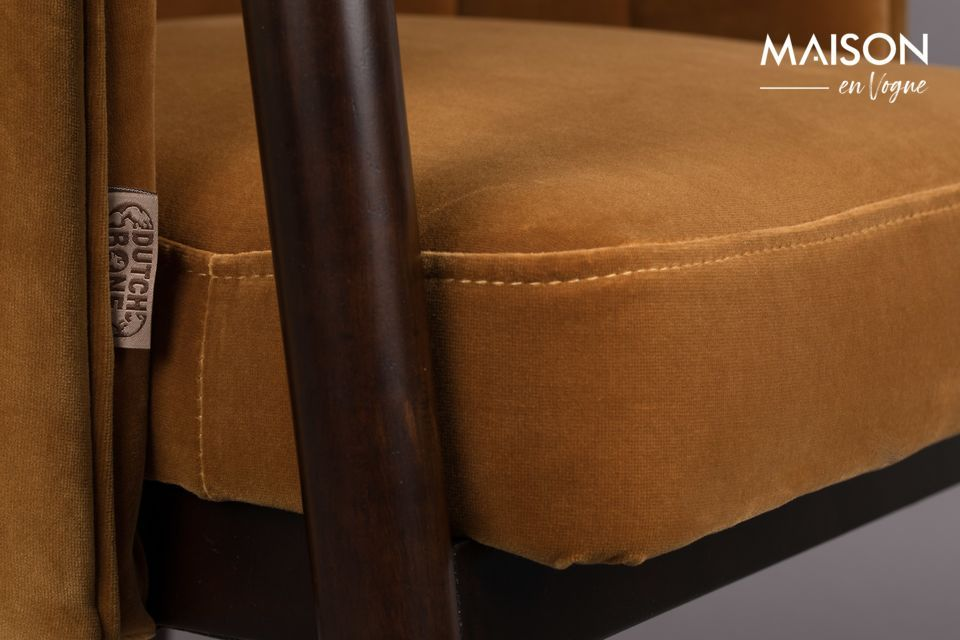 Il sedile e lo schienale sono rivestiti in un velluto molto morbido
