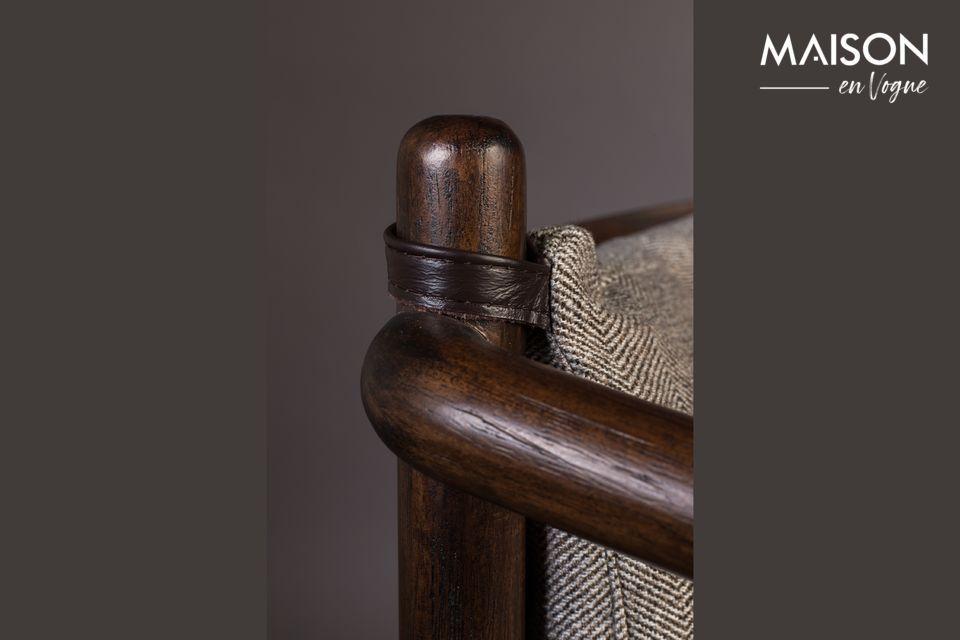 Composto da una struttura in legno massiccio di hevea e da uno schienale in acacia laccata