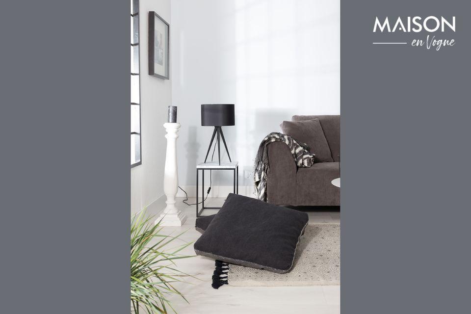 Una lampada da tavolo molto elegante, di colore nero