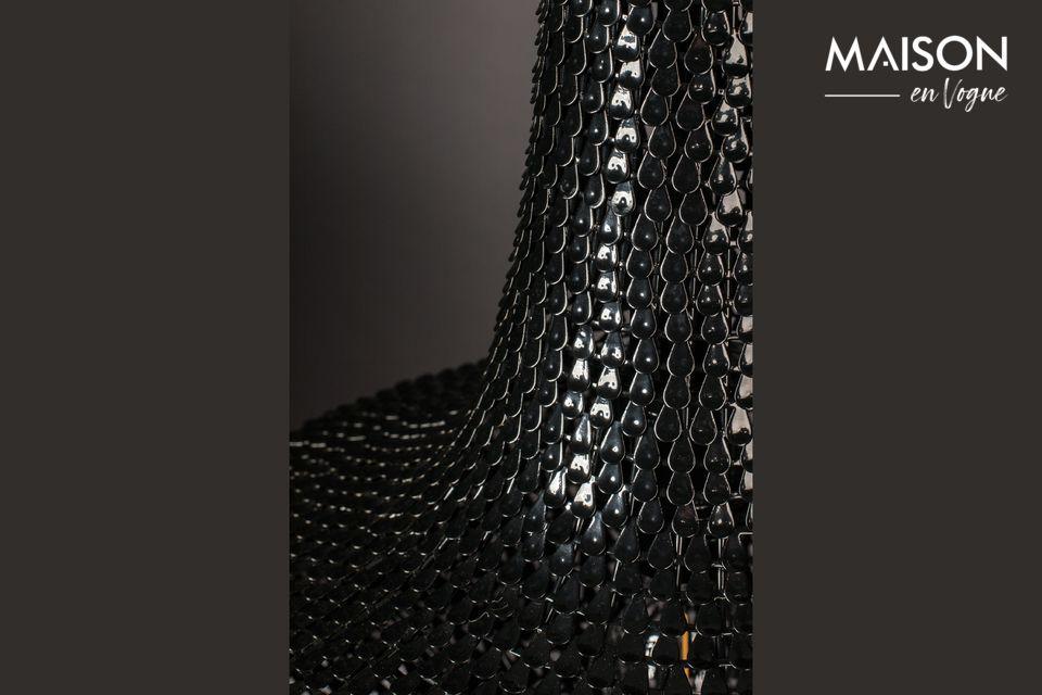È costituito da centinaia di sottili strisce di ferro posate a mano, come scaglie di pesce