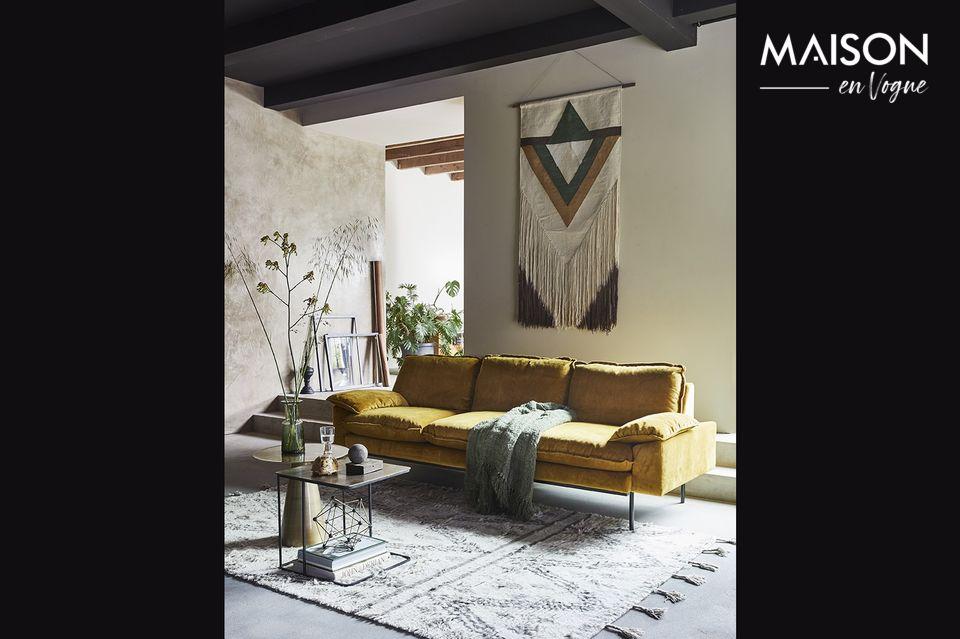 Il divano Vez, lungo 225 cm e largo 83 cm, offre un\'ampia e generosa area di seduta