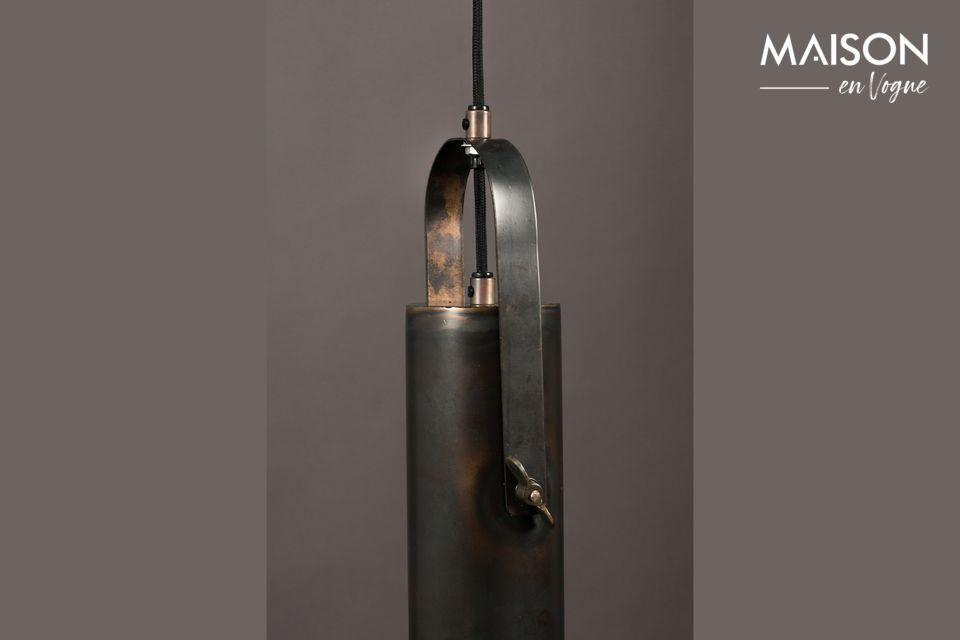 Progettata come una grande torcia elettrica, questa sospensione unisce originalità e sobrietà